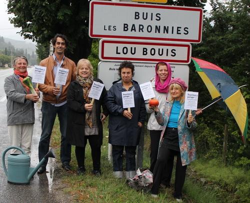 Devant le panneau de sa commune, le maire Sébastien Bernard entouré de plusieurs membres du collectif ne cache pas sa satisfaction de voir Buis rejoindre le mouvement des « Incroyables Comestibles »