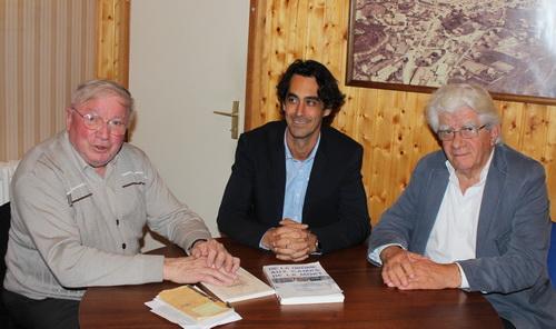 Entourant le maire Sébastien Bernard, Robert Pinel (à gauche) est le président de l'association « Mémoire Résistance HB » et Robert Bontoux le vice président.