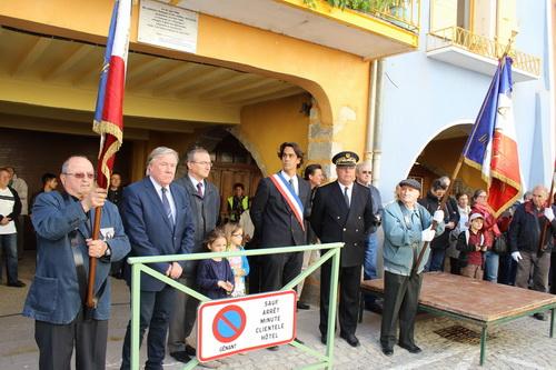 Sébastien Bernard, Bernard Roudil, Hervé Mariton et Michel Grégoire ont dévoilé la plaque sur le mur de l'hôtel du Lion d'or.