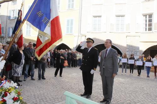 Le sous préfet de Nyons Bernard Roudil et le député Hervé Mariton ont déposé une gerbe devant la plaque commémorative.